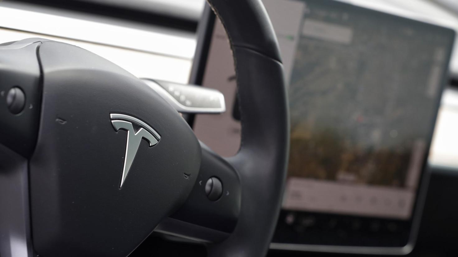 Teslas Smart Summon feature glitchy